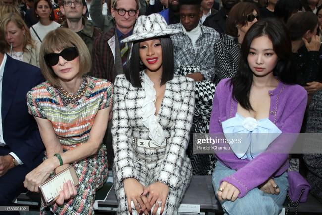 """Jennie (Black Pink) gây shock vì quá """"quê mùa"""" với bộ cánh tím lịm, lấp ló vòng 1 bốc lửa tại Paris Fashion Week - Ảnh 6."""