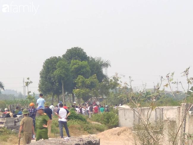 NÓNG: Đang thực nghiệm hiện trường vụ nam sinh 18 tuổi chạy xe ôm công nghệ bị sát hại ở Hà Nội - Ảnh 2.