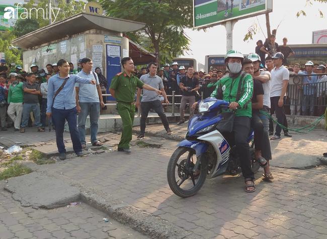 NÓNG: Đang thực nghiệm hiện trường vụ nam sinh 18 tuổi chạy xe ôm công nghệ bị sát hại ở Hà Nội - Ảnh 3.
