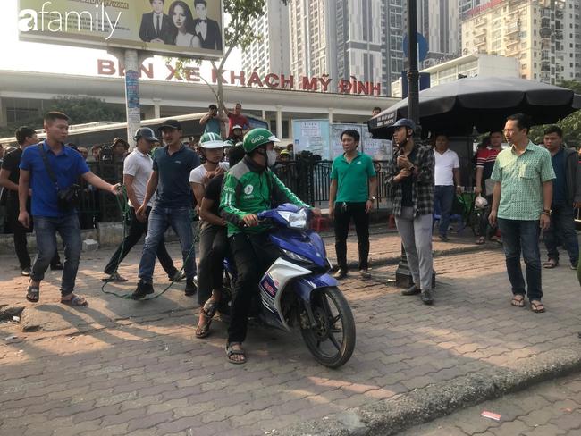 NÓNG: Đang thực nghiệm hiện trường vụ nam sinh 18 tuổi chạy xe ôm công nghệ bị sát hại ở Hà Nội - Ảnh 4.