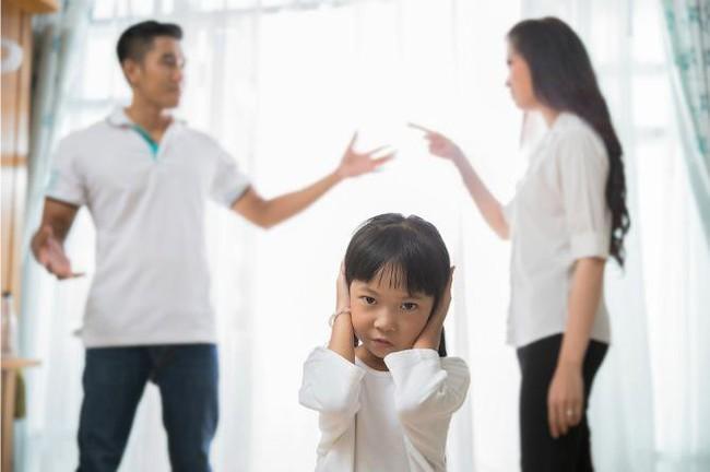 """8 vấn đề sẽ xảy ra khi cha mẹ quyết định ở bên nhau """"vì con cái"""" dù không còn hạnh phúc - Ảnh 1."""