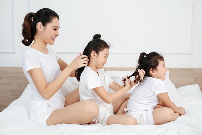 """Hoa hậu Hương Giang chơi trò hỏi nhanh đáp gọn với con gái để """"test cảm giác"""" về mẹ khiến ai cũng bất ngờ - Ảnh 1."""