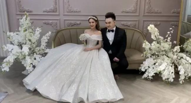 """Lộ ảnh cưới của """"streamer giàu nhất Việt Nam"""" Xemesis và cô dâu kém 13 tuổi sau màn khoe nhẫn đính hôn khiến dân tình dậy sóng - Ảnh 2."""