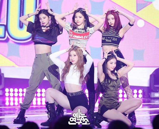 """Thành viên nhóm nữ Kpop bị netizen Hàn chửi sấp mặt vì lười nhảy, Jennie (BLACKPINK) ngồi không cũng """"dính đạn"""" - Ảnh 1."""