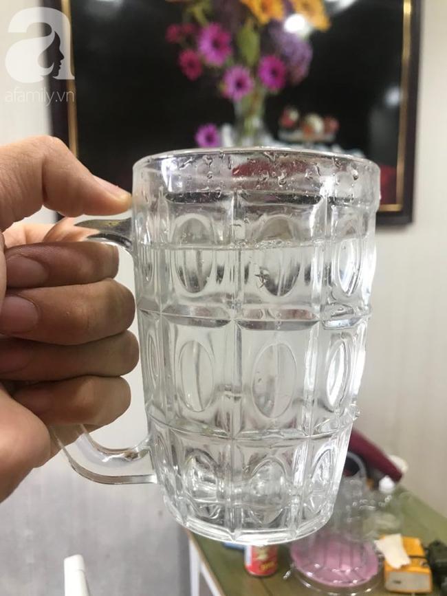 Theo anh Đ., phản ánh, chỉ cần rót nước ra cốc là nguiuwr thấy mùi lạ