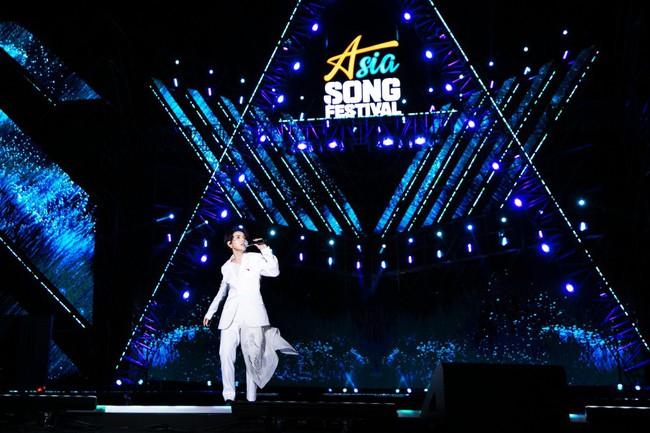 """Thăng hoa trên sân khấu Asia Song Festival, Vũ Cát Tường ghi điểm với fan quốc tế bằng chất giọng """"khủng"""" - Ảnh 1."""