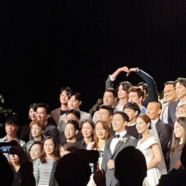 """Đi dự đám cưới bạn thân, cặp đôi """"Yêu tinh - Thần chết"""" Gong Yoo và Lee Dong Wook bắn tim đáng yêu, chiếm trọn """"spotlight"""" của cô dâu chú rể - Ảnh 2."""