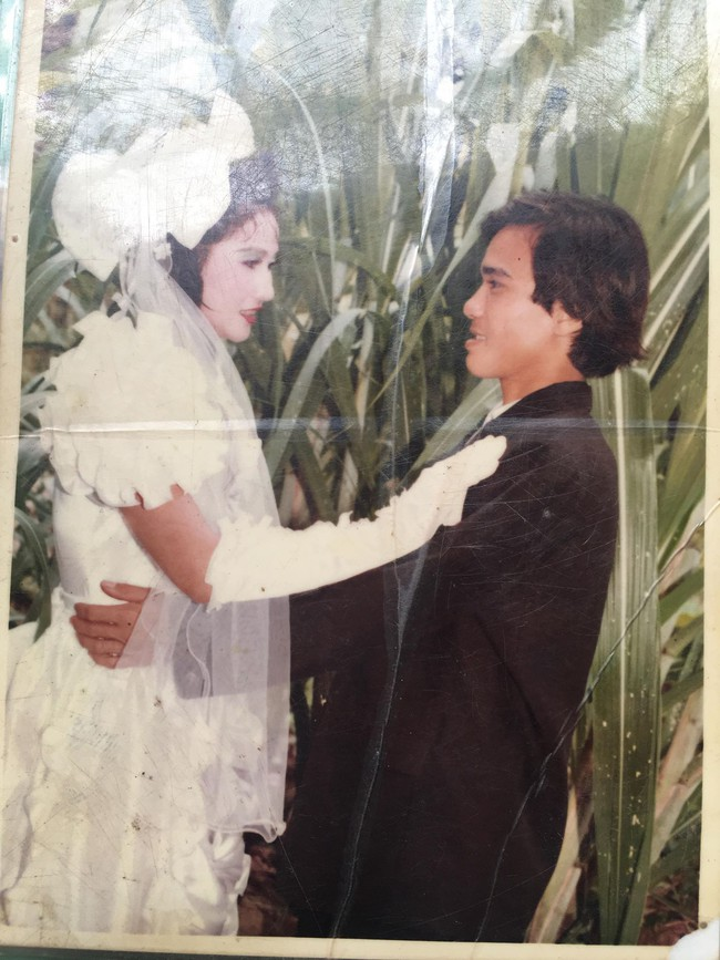 Đám cưới 25 năm trước của cô gái Đồng Tháp: Lấy anh hàng xóm vì được tặng trứng vịt mỗi ngày, thay đến 6 cái váy lộng lẫy - Ảnh 3.