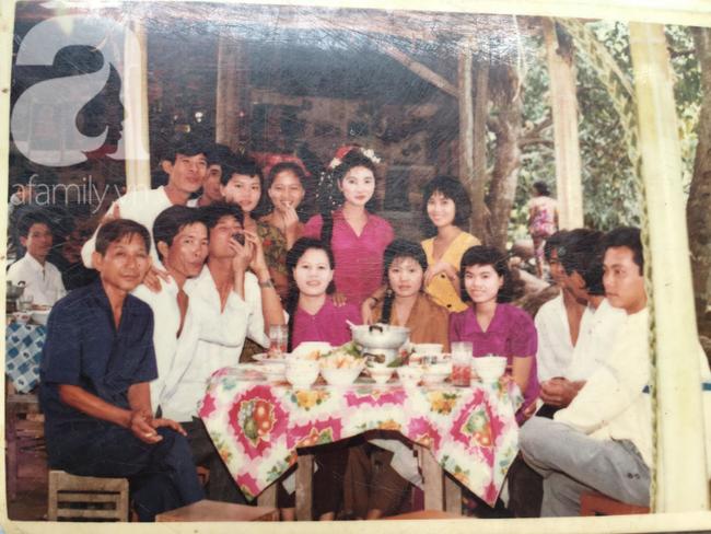 Đám cưới 25 năm trước của cô gái Đồng Tháp: Lấy anh hàng xóm vì được tặng trứng vịt mỗi ngày, thay đến 6 cái váy lộng lẫy - Ảnh 8.