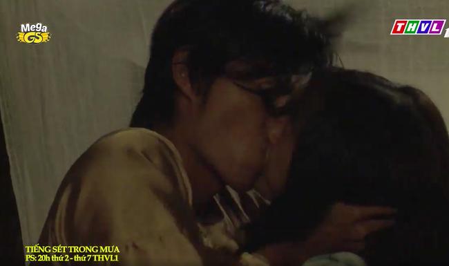 """""""Tiếng sét trong mưa"""": Trọn bộ cảnh con trai Thị Bình ngủ với em gái, còn sốc hơn màn ân ái 18+ cùng mẹ kế - Ảnh 9."""