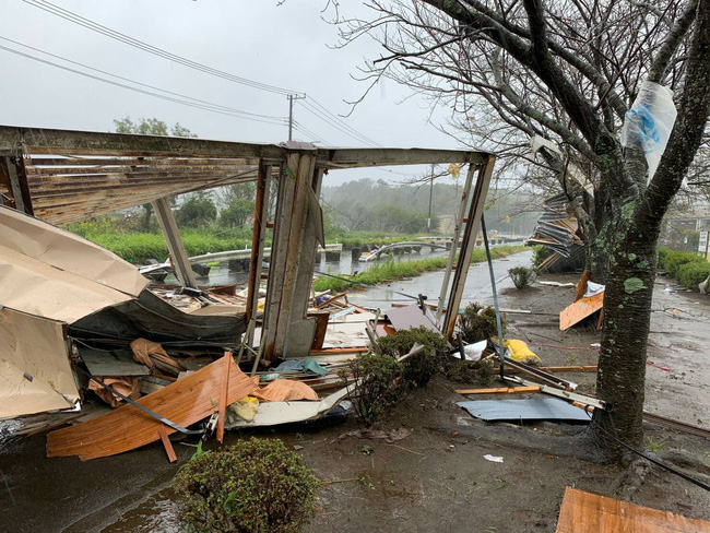 Rùng mình một loạt những khoảnh khắc tàn khốc cho thấy sự nguy hiểm của siêu bão Hagibis sắp càn quét Nhật Bản - Ảnh 1.