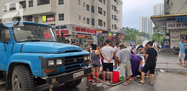 Hà Nội: Cư dân HH Linh Đàm dùng xe đẩy trẻ em tranh thủ đi lấy nước sạch - Ảnh 17.