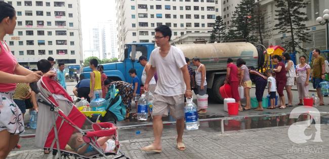 Hà Nội: Cư dân HH Linh Đàm dùng xe đẩy trẻ em tranh thủ đi lấy nước sạch - Ảnh 13.
