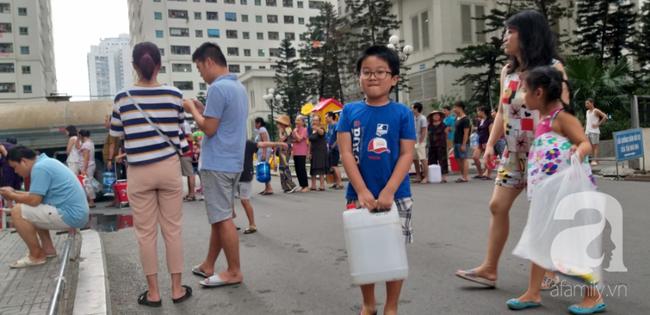 Hà Nội: Cư dân HH Linh Đàm dùng xe đẩy trẻ em tranh thủ đi lấy nước sạch - Ảnh 12.