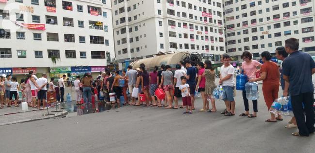 Hà Nội: Cư dân HH Linh Đàm dùng xe đẩy trẻ em tranh thủ đi lấy nước sạch - Ảnh 11.
