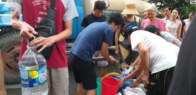 Hà Nội: Cư dân HH Linh Đàm dùng xe đẩy trẻ em tranh thủ đi lấy nước sạch - Ảnh 10.