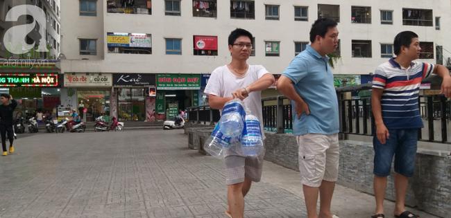 Hà Nội: Cư dân HH Linh Đàm dùng xe đẩy trẻ em tranh thủ đi lấy nước sạch - Ảnh 9.