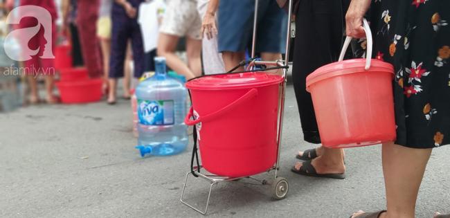 Hà Nội: Cư dân HH Linh Đàm dùng xe đẩy trẻ em tranh thủ đi lấy nước sạch - Ảnh 7.