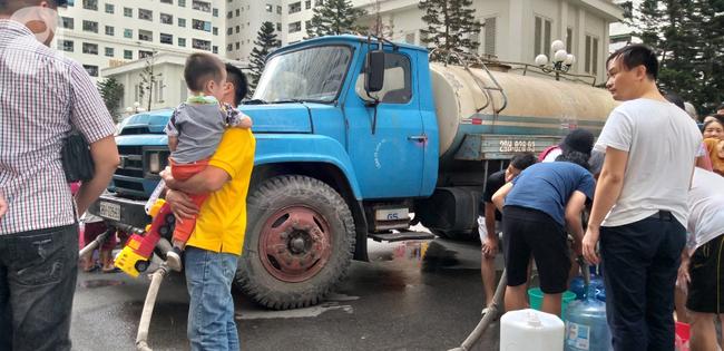 Hà Nội: Cư dân HH Linh Đàm dùng xe đẩy trẻ em tranh thủ đi lấy nước sạch - Ảnh 2.