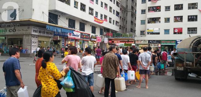 Hà Nội: Cư dân HH Linh Đàm dùng xe đẩy trẻ em tranh thủ đi lấy nước sạch - Ảnh 3.