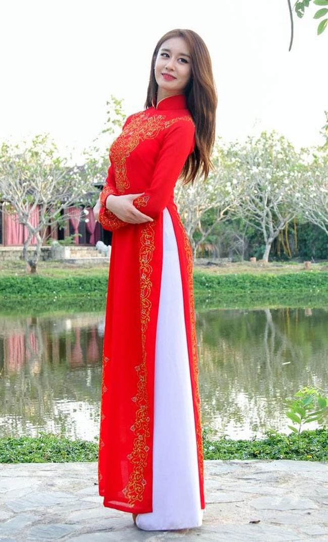 Cùng mặc áo dài Việt, dàn sao nữ ngoại quốc người được tung hô, kẻ bị chỉ trích - Ảnh 5.