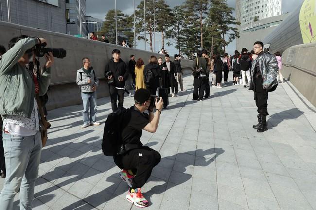Ca sĩ Ti Ti 'lột xác' xuất sắc, chiếm trọn ống kính truyền thông tại Tuần lễ Thời trang Seoul 2019 - Ảnh 2.