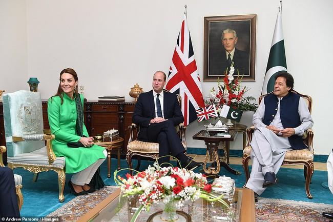 Công nương Kate tỏa sáng trong ngày đầu tới Pakistan, khiến em dâu Meghan Markle phải xấu hổ vì hình ảnh tương phản này - Ảnh 3.