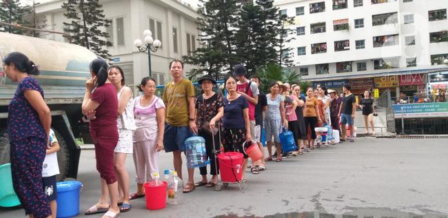 Người dân HH Linh Đàm xếp hàng chờ lấy nước sạch miễn phí do đại diện cư dân tổ chức