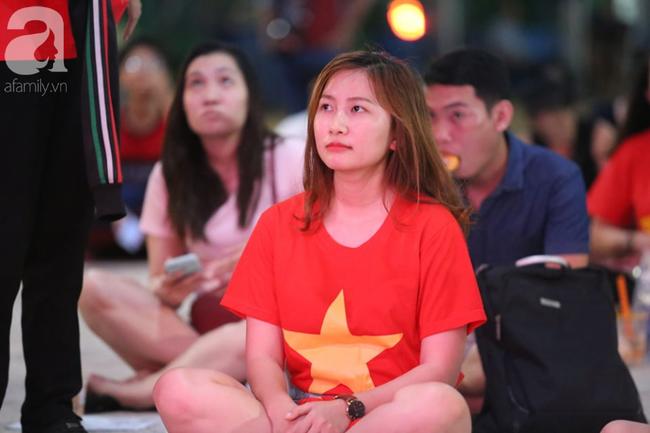 Hàng trăm cổ động viên TP.HCM tiếp lửa cho đội tuyển Việt Nam đấu Indonesia - Ảnh 1.