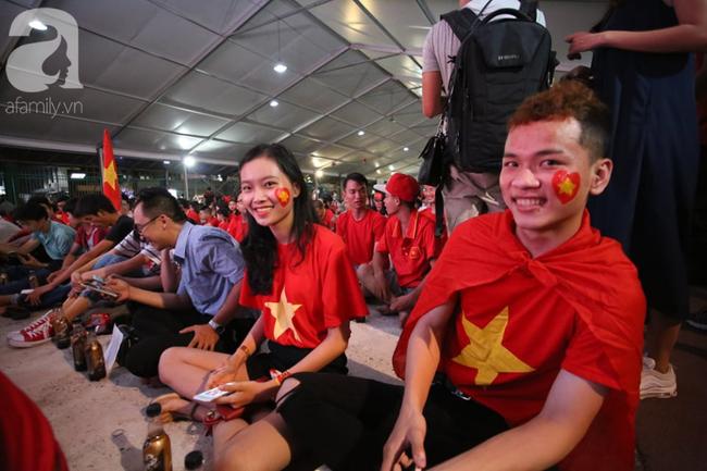 Hàng trăm cổ động viên TP.HCM tiếp lửa cho đội tuyển Việt Nam đấu Indonesia - Ảnh 6.