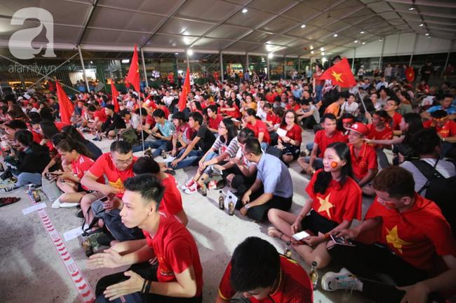 Hàng trăm cổ động viên TP.HCM tiếp lửa cho đội tuyển Việt Nam đấu Indonesia - Ảnh 2.
