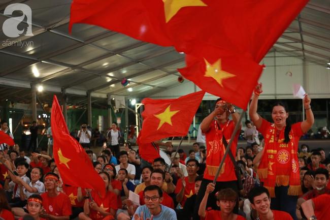Hàng trăm cổ động viên TP.HCM tiếp lửa cho đội tuyển Việt Nam đấu Indonesia - Ảnh 5.