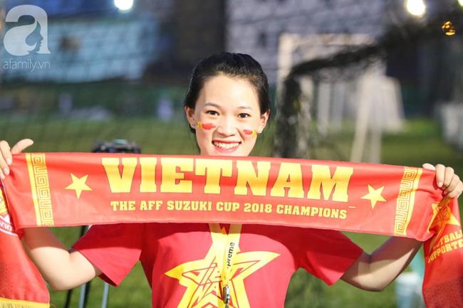Hàng trăm cổ động viên TP.HCM tiếp lửa cho đội tuyển Việt Nam đấu Indonesia - Ảnh 3.