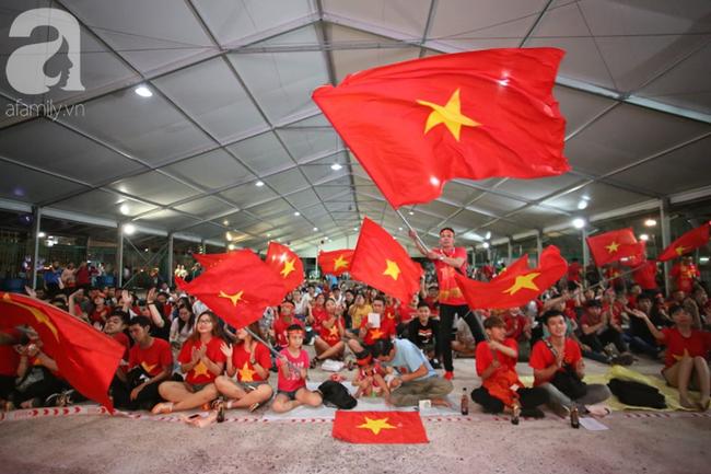 Hàng trăm cổ động viên TP.HCM tiếp lửa cho đội tuyển Việt Nam đấu Indonesia - Ảnh 4.