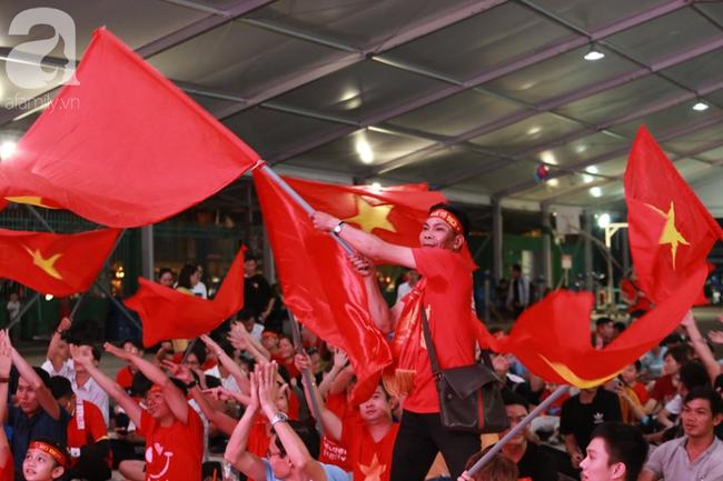 Hàng trăm cổ động viên TP.HCM tiếp lửa cho đội tuyển Việt Nam đấu Indonesia - Ảnh 8.