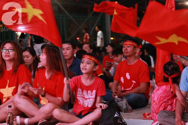 Hàng trăm cổ động viên TP.HCM tiếp lửa cho đội tuyển Việt Nam đấu Indonesia - Ảnh 9.