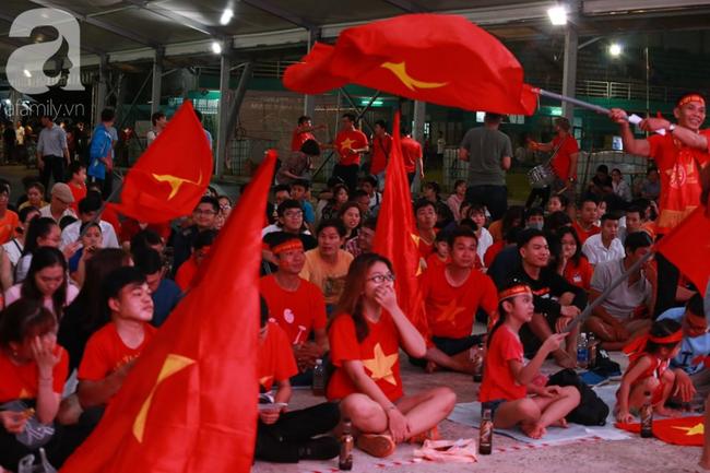 Hàng trăm cổ động viên TP.HCM tiếp lửa cho đội tuyển Việt Nam đấu Indonesia - Ảnh 10.