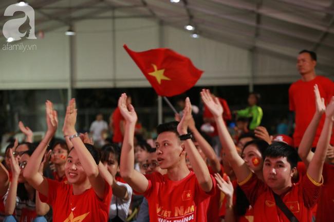 Hàng trăm cổ động viên TP.HCM tiếp lửa cho đội tuyển Việt Nam đấu Indonesia - Ảnh 11.