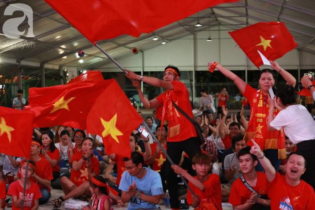 Hàng trăm cổ động viên TP.HCM tiếp lửa cho đội tuyển Việt Nam đấu Indonesia - Ảnh 12.