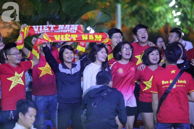 Hàng triệu CĐV vỡ òa khi Tiến Linh ghi bàn, Việt Nam dẫn trước Indonesia 3-0 - Ảnh 1.