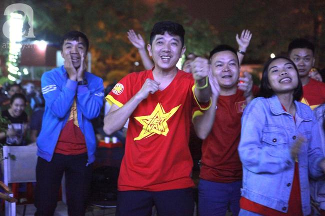 Hàng triệu CĐV vỡ òa khi Tiến Linh ghi bàn, Việt Nam dẫn trước Indonesia 3-0 - Ảnh 2.