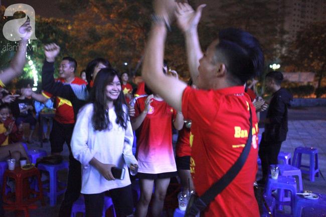 Hàng triệu CĐV vỡ òa khi Tiến Linh ghi bàn, Việt Nam dẫn trước Indonesia 3-0 - Ảnh 3.