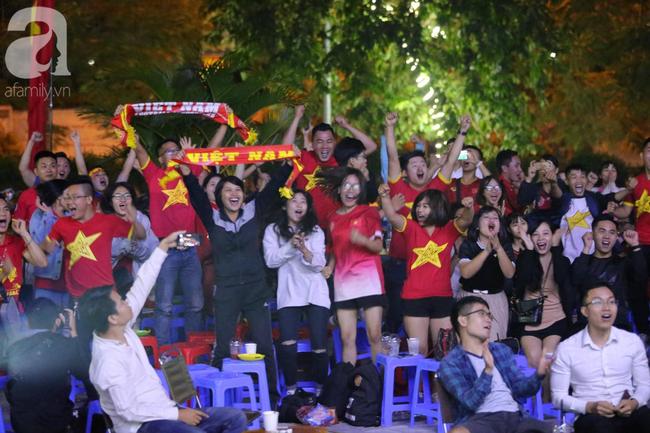 Hàng triệu CĐV vỡ òa khi Tiến Linh ghi bàn, Việt Nam dẫn trước Indonesia 3-0 - Ảnh 4.