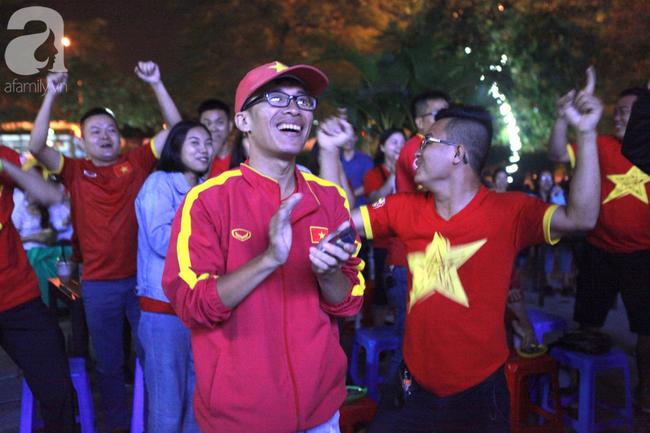 Hàng triệu CĐV vỡ òa khi Tiến Linh ghi bàn, Việt Nam dẫn trước Indonesia 3-0 - Ảnh 5.