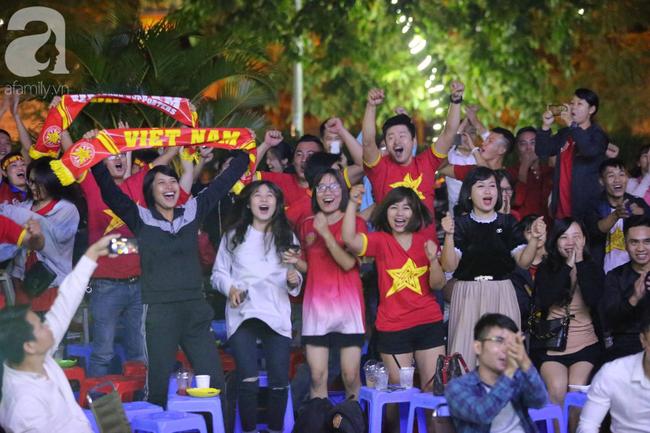 Hàng triệu CĐV vỡ òa khi Tiến Linh ghi bàn, Việt Nam dẫn trước Indonesia 3-0 - Ảnh 6.