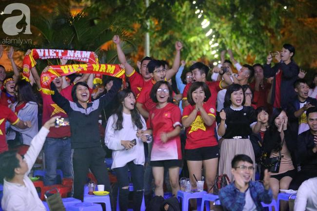 Hàng triệu CĐV vỡ òa khi Tiến Linh ghi bàn, Việt Nam dẫn trước Indonesia 3-0 - Ảnh 8.