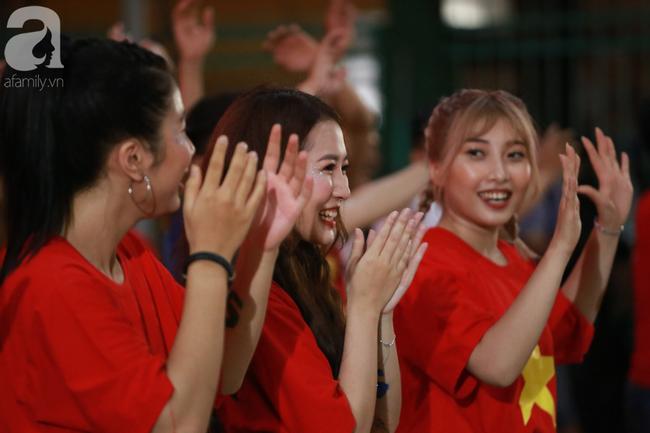 Hàng triệu CĐV vỡ òa khi Tiến Linh ghi bàn, Việt Nam dẫn trước Indonesia 3-0 - Ảnh 9.