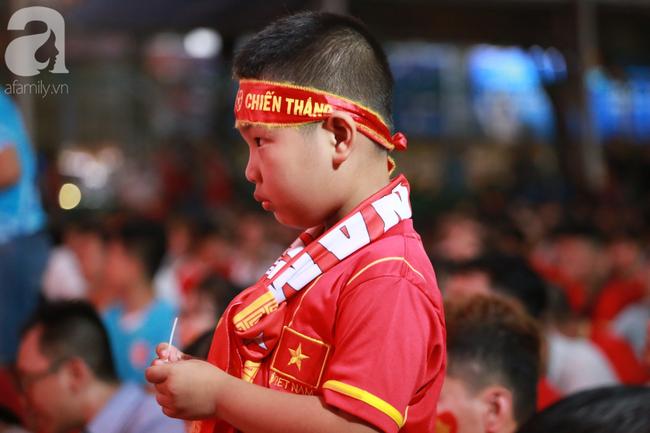 Hàng triệu CĐV vỡ òa khi Tiến Linh ghi bàn, Việt Nam dẫn trước Indonesia 3-0 - Ảnh 10.