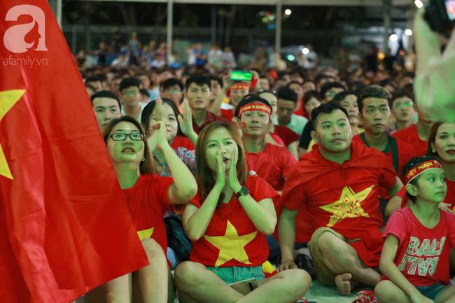 Hàng triệu CĐV vỡ òa khi Tiến Linh ghi bàn, Việt Nam dẫn trước Indonesia 3-0 - Ảnh 11.