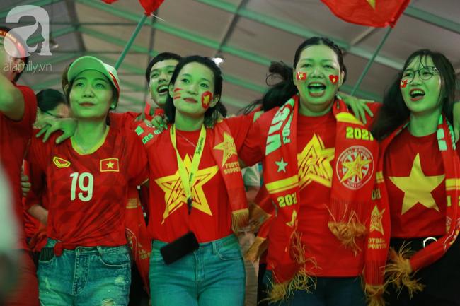 Hàng triệu CĐV vỡ òa khi Tiến Linh ghi bàn, Việt Nam dẫn trước Indonesia 3-0 - Ảnh 12.